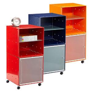 Carrellino Comodino QBO 28 Composizione con due Cubi ripiano in vetro anta in vetro con maniglia e ruote Blu
