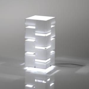 Lampada Da Tavolo QUADRA 19,5x19,5xh51,5 cm in Plexi Bicolore con Intagli colore Bianco