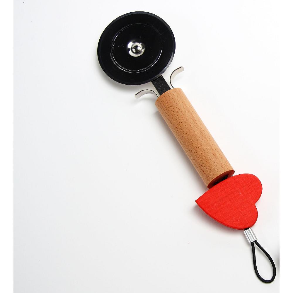 Ruota Tagliapizza con Cuore in legno naturale 5,5x2,5xh23 cm e particolare cuore di colore rosso